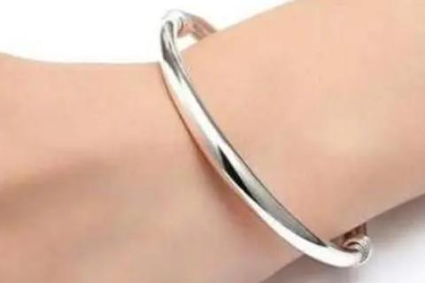 银手镯戴左手好还是右手好 女人佩戴银手镯风水讲究